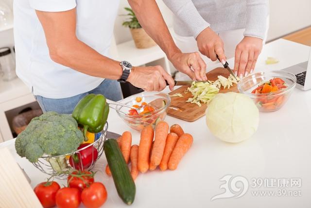 烹饪 煮食 煮菜 切东西 厨房 胡萝卜 西红柿 西兰花 蔬菜_15179479_xxl