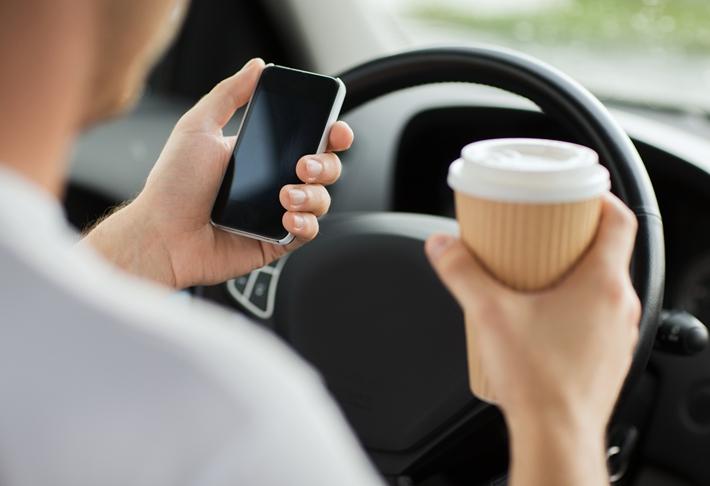 驾驶 开车 手机 咖啡 安全_22185094_xxl