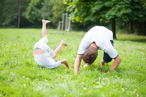 小孩子摔到头呕吐_孩子摔倒后没哭,处理不好可危及生命_39健康网_资讯
