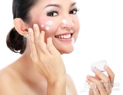 肌肤干燥易起皮 补水的同时别忘了去角质