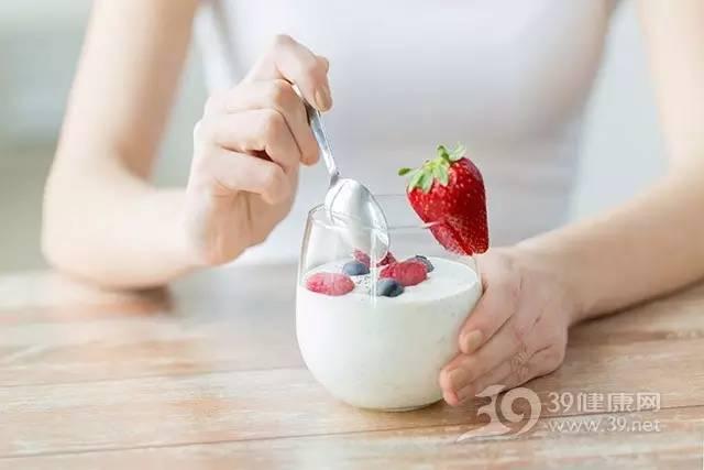 1、助性吃点草莓   草莓是草酸的重要来源。草酸是一种维生素B,有助于预防女性生育出现缺陷。性爱前,可以尝试蘸着黑巧克力酱吃草莓。草莓可以健脾、补血、益气,有利于气血顺畅。吃点草莓可刺激性欲,让性生活也跟着火起来吧。   2、杏仁让人产生激情   杏仁帮助改进生育能力。它与芦笋一样营养素含量高,性健康以及生殖不可缺少的多种微量矿物质也很丰富,比如锌、硒和维生素E。而锌有助于改善性欲,维生素E则有利于男性精子活力。杏仁中的膳食纤维含量是坚果中最多的,不仅可产生饱腹感,还可降低脂肪的吸收率,帮助排出肠道