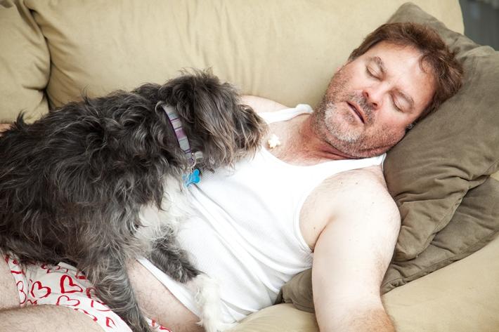 中老年 男 肥胖 超重 减肥 睡觉 沙发 狗 宠物 失业_21788299_xxl