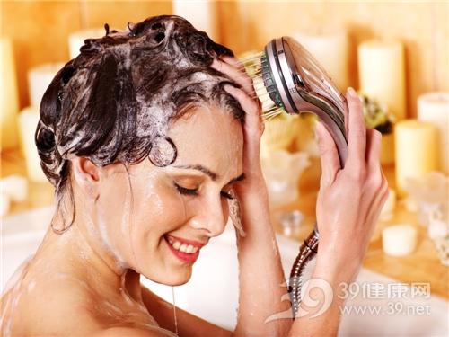 青年 女 洗头发 洗澡 头发 洗发露_18664788_xxl