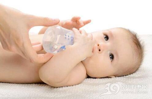 母乳宝宝夏季需要喝水吗?