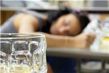 青年 女 喝酒 啤酒 酒精 醉酒 睡觉_10335819_xxl