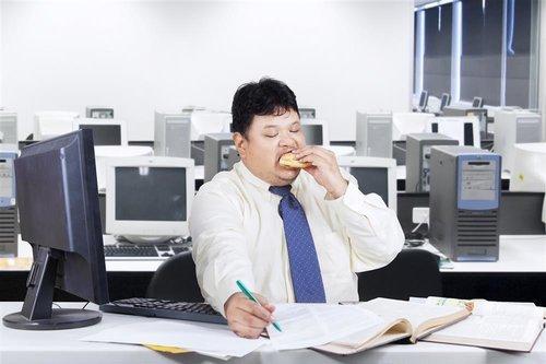 上海交通大学附属第一人民医院儿科主任医师洪建国教授与参会者现场体验哮喘发作时的呼吸困难感受_resize_meitu_1