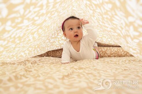 让宝宝多爬有助视力发育