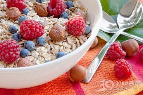 夏季排毒养颜多吃粗粮和水果