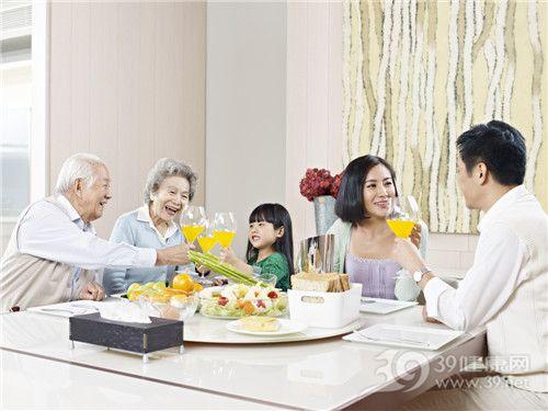 青年 中老年 孩子 男 女 一家人 早餐 面包 橙汁 沙拉 橙子 亲子_27291097_xxl