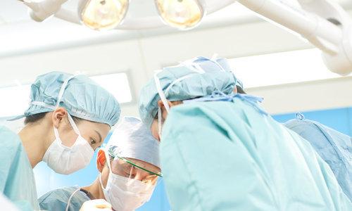李志忠教授展示颈椎手术