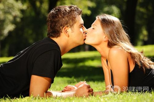 情侣 夫妻 爱情 亲吻_7890355_xxl