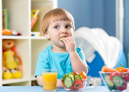炎热夏季要谨防宝宝食物中毒,家长要做好2件事