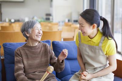 图:四川大学华西口腔医院刘福祥教授与卡瓦工程师就设备的维护保养展开了热烈的讨论