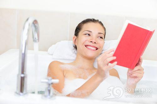 青年 女 阅读 看书 浴缸 洗澡 泡沫_13251015_xxl