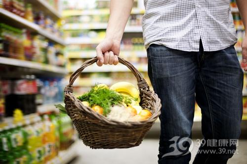 青年 男 购物 超市 水果 香蕉_18136860_xl