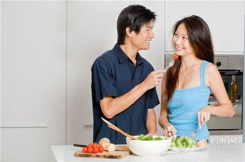 青年 男 女 厨房 烹饪 沙拉 西红柿_6519185_xxl