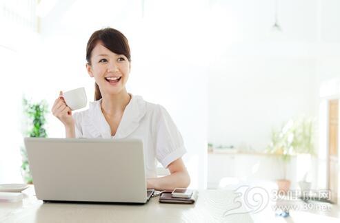 白领女性吃番茄喝绿茶可防辐射