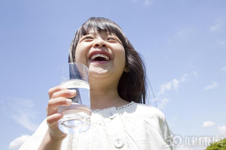美国学生多喝水防肥胖