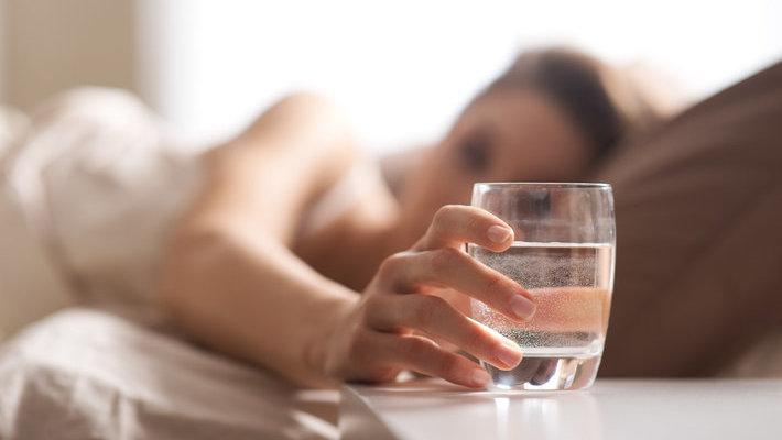 晨起第一杯水,喝淡盐水OR蜂蜜水?