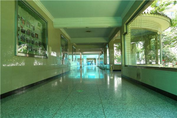宽敞明亮的病区西走廊
