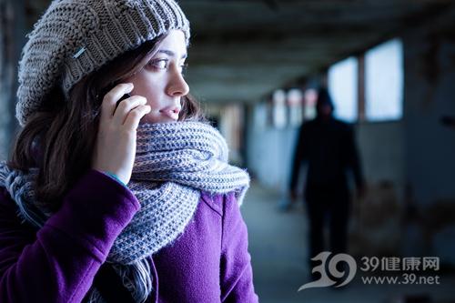 青年 女 冬天 打电话 报警 安全 跟踪_17154732_xxl