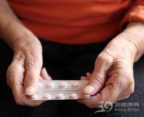 女子吃抗生素皮肤脱落,药疹