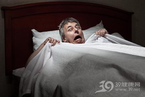中老年 男 睡觉 床 惊恐 惊吓 害怕_11814592_xxl