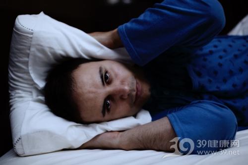 青年 男 睡觉 失眠 床 枕头_32258728_xxl