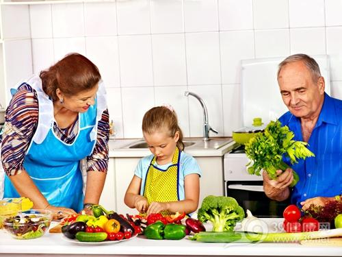 烹饪 煮食 煮菜 切东西 家庭 蔬菜 西兰花 西红柿 茄子 青椒 大蒜 孩子 女_32826480_xxl