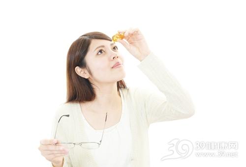 青年 女 眼药水 眼镜 近视 眼睛疲劳_31511122_xxl