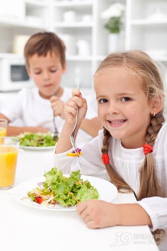 孩子 男 女 吃东西 蔬菜 沙拉 生菜_10986770_xxl