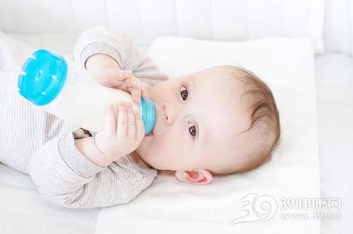 孩子 婴儿 牛奶 奶瓶 喝水 婴儿床 喝奶_17827315_xl