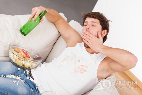青年 男 沙发 熬夜 啤酒 爆米花 薯片 甜甜圈 巧克力 垃圾食品_28996914_xxl