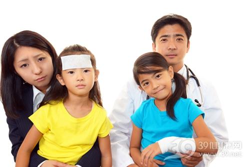 孩子 医生 发烧 手腕骨折