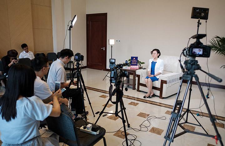 以岭药业副总经理王蔚女士接受媒体观察团群访