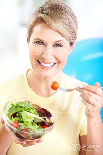 中老年 女 沙拉 西红柿 生菜 吃东西_8255688_xl