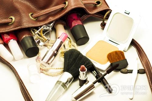 使用过期化妆品 小心得皮炎