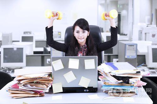 青年 女 办公室 健身 哑铃 电脑 文件_ 16823531_xxl