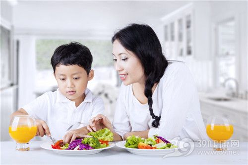 孩子 男 母亲 蔬菜 西兰花 橙汁 吃东西_18692820_xxl