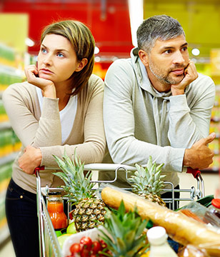 青年-男-女-夫妻-情侣-家庭-购物-超市-水果-选择-吵架-生气_19787783_xxl