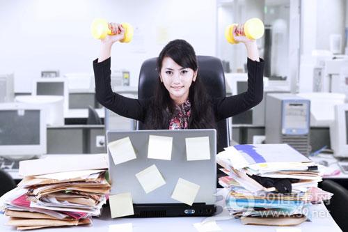 青年-女-办公室-健身-哑铃-电脑-文件_-16823531_xxl