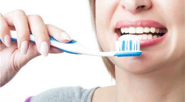 如何刷牙才能保护牙齿?