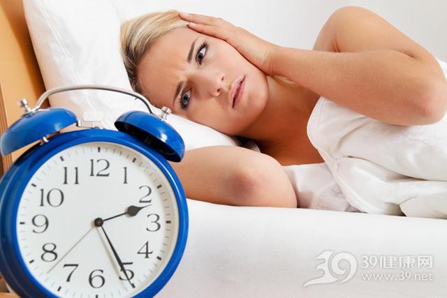 青年 女 睡覺 睡眠 失眠 時鐘_11103859_xxl