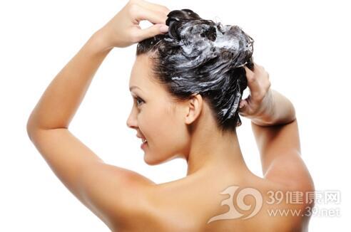 使用护发素要看发质 用错易长头皮屑