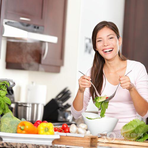 青年 女 烹饪 煮饭 沙拉 蔬菜 青椒 厨房_12357150_xxl