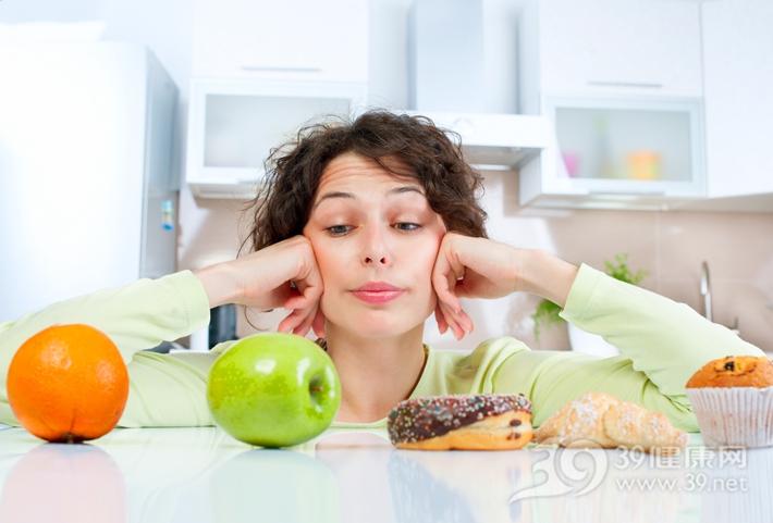 青年 女 健康飲食 蘋果 橙子 水果 甜品 甜甜圈 蛋糕 選擇_23246676_xxl