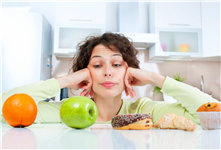 青年 女 健康饮食 苹果 橙子 水果 甜品 甜甜圈 蛋糕 选择_23246676_xxl