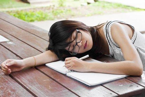 白领中午趴着睡小心4大健康隐患