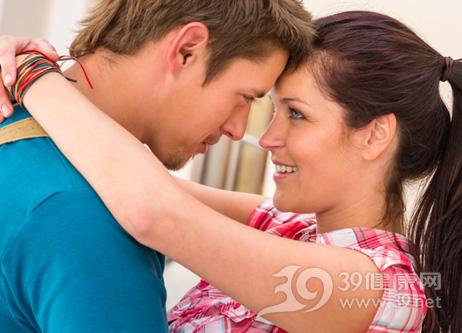 爱情的姿态能告诉一个女人的性格,你是哪一个?