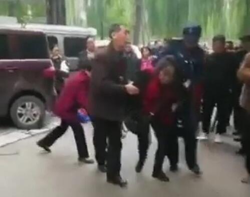 重庆妇女砍伤多名儿童,孩子的安全该谁来负责?